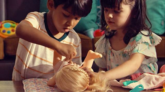 Filles et garçons jouant à la poupée